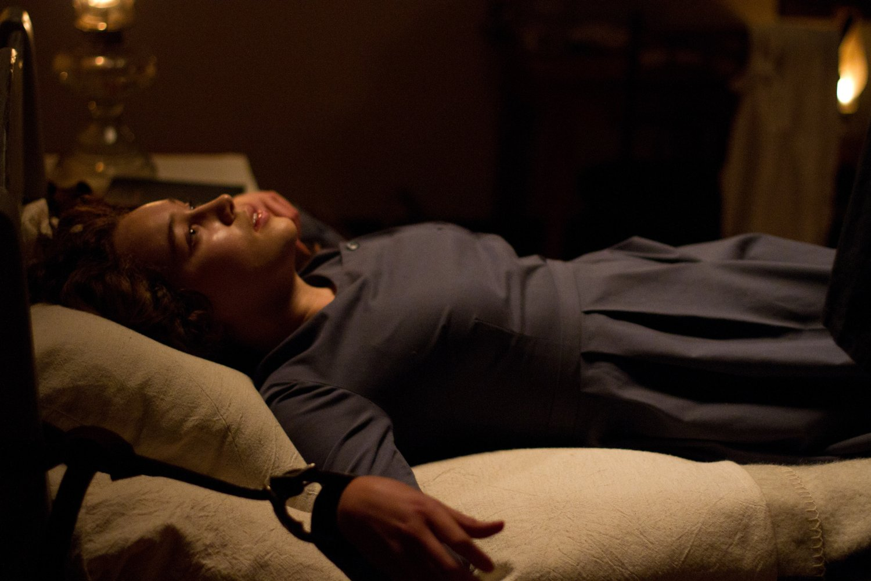Alycia Debnam-Carey as Mary. Suffering a seizure.